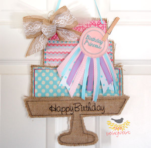Burlap Door Hanger for celebrating your family's #birthday seen on  TheDesigNest #burlap #doorhanger